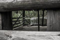 Cenador de madera viejo en la orilla del lago Fotos de archivo