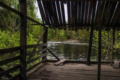 Cenador de madera viejo en la orilla del lago Imagen de archivo libre de regalías