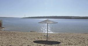 Cenador del hierro en la playa almacen de video
