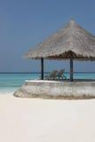 Cenador en la playa de Maldivas Imágenes de archivo libres de regalías