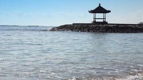 Cenador nacional tradicional contra la perspectiva del cielo azul en el banco de la playa tropical en día soleado bali almacen de video