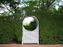Cenador y puerta arqueados del jardín Imagen de archivo libre de regalías