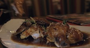 Cenando con il piatto di pollo asiatico stock footage