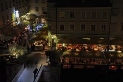 Cenando y bebiendo por el río Ljubljanica, Ljubljana, Eslovenia Imágenes de archivo libres de regalías