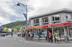 Cenas da rua e distrito financeiro de Queenstown, ilha sul de Nova Zelândia Foto de Stock Royalty Free