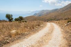 Cendrée dans la campagne méditerranéenne avec des montagnes, mer Photographie stock libre de droits