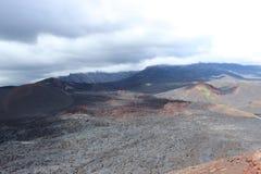 Cendre noire et rouge, vallée des collines, après éruption volcanique Image stock