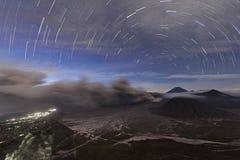 Cendre volcanique sortant du cratère de la montagne et du volcan actif Bromo la nuit Photographie stock
