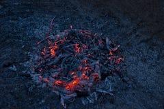 Cendres de combustion lente d'un feu Photo libre de droits