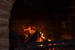 Cendres de combustion lente d'un feu Flamme du feu dans un barbecue de brique Image libre de droits