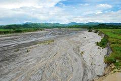 Cendres volcaniques au-dessus d'un fleuve Photos stock