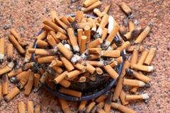 Cendrier complètement de cigarettes images stock