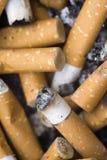 Cendrier complètement de cigarettes Photographie stock libre de droits