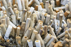 Cendrier complètement de cigarettes Photos libres de droits