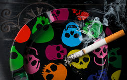 Cendrier de tabagisme de cigarette Photographie stock libre de droits