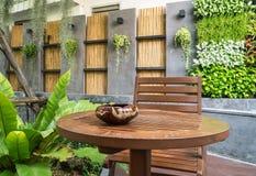 Cendrier sur la table en bois Images libres de droits