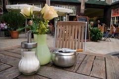 Cendrier sur la table extérieure de bar. Photographie stock