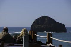 Cene che godono del pranzo ad un ristorante di vista di oceano al supporto di Trebarwith in Cornovaglia, Inghilterra Fotografie Stock Libere da Diritti