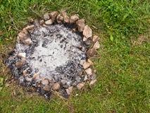 Ceneri del fuoco dell'accampamento   Immagine Stock