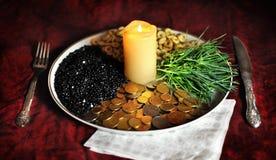 Ceni †‹â€ ‹w życiu, pieniądze, sztuce, zdrowie, jedzeniu i świeczce w takeryOn wierzchołku stół z Białym Ceramicznym naczyniem  zdjęcie royalty free