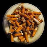 Cenicero con topes de cigarrillo Fotografía de archivo libre de regalías