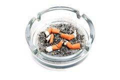 Cenicero de cristal con 5 brotes del cigarrillo Fotografía de archivo