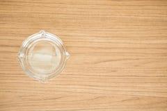 Cenicero de cristal vacío en la tabla Imágenes de archivo libres de regalías