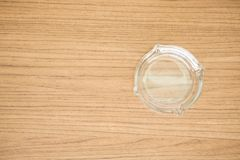 Cenicero de cristal vacío en la tabla de madera Foto de archivo libre de regalías