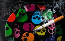 Cenicero del cigarrillo que fuma Fotografía de archivo libre de regalías