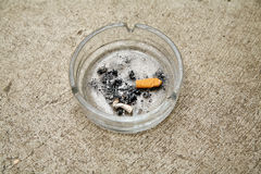 Cenicero en el concreto Foto de archivo libre de regalías