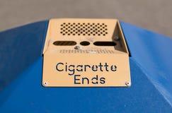 Cenicero público - extremos de cigarrillo Foto de archivo