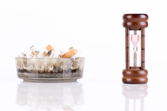 Cenicero y cigarrillos Imágenes de archivo libres de regalías