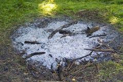 Ceniza de un fuego extinguido del campo Imagenes de archivo