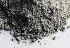 Cenizas grises que permanecen en un fondo blanco Fotografía de archivo libre de regalías