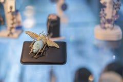 Cenna broszka w postaci ścigi na sklepowym okno Wygłupy broszka złota broszka w postaci ścigi fotografia stock