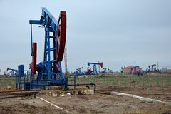 Cenno del capo dell'asino in giacimento di petrolio terrestre nelle periferie di Bacu, capitale dell'Azerbaigian Immagine Stock Libera da Diritti