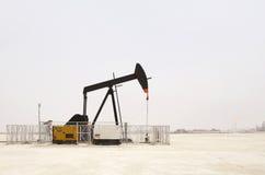Cenno del capo delle pompe di olio dell'asino nel giacimento di petrolio del Bahrain Immagine Stock