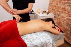 Cenny aktywny masażysty odciskanie na coccyx jego żeński klient zdjęcie royalty free