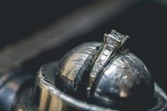 Cenny diamentowy pierścionek w rozpuscie zdjęcie stock