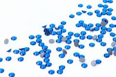 Cenny iskrzasty rhinestones Capri błękit barwi na białym plecy zdjęcie stock