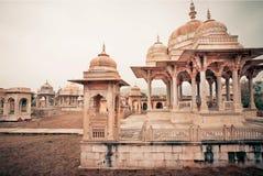 Cenotafi di Gaitore con le sculture tipiche di Rajasthani, India Fotografie Stock Libere da Diritti