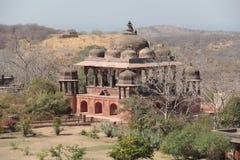32 cenotafi reali della colonna anche conosciuti come i chhatris nella fortificazione di Ranthambhore Fotografia Stock