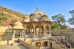 Cenotaph cieniący drzewami, Królewski Gaitor, Jaipur, Rajasthan zdjęcia royalty free