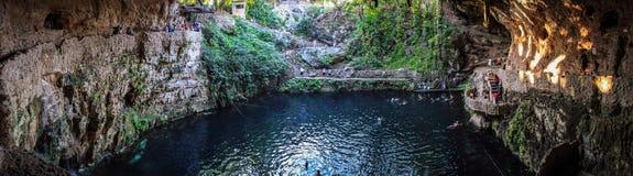 Cenote interno Zaci, Valladolid, Iucatão, México imagem de stock