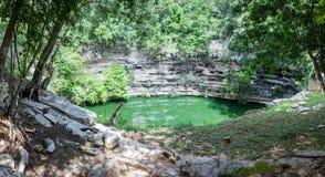 Cenote sacro a Chichen Itza, Yucatan, Messico fotografia stock