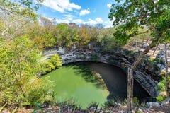 Cenote sagrado en Chichen Itza imagenes de archivo