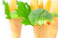 Cenoura, aipo, brócolis em um cone do waffle Foto de Stock