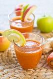 Cenoura com suco de Apple e do gengibre Fotos de Stock Royalty Free