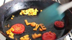 Cenoura cortada de ebulição na bandeja video estoque