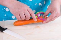 Cenoura da casca da dona de casa Imagem de Stock Royalty Free